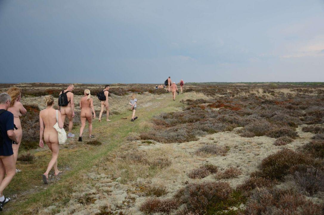 gammel mand med en stok Houstrup strand naturist